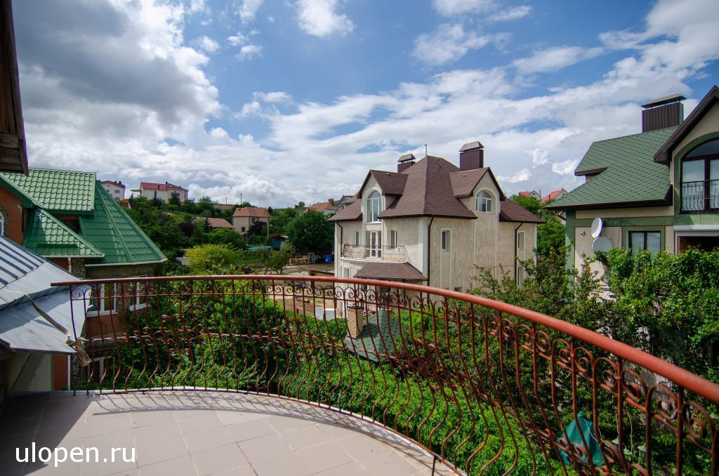 Продам недорого дом в Симферополе, 2 этажа + цоколь и мансарда. Участок 5,36 сотки. До моря 1 час на автомобиле.