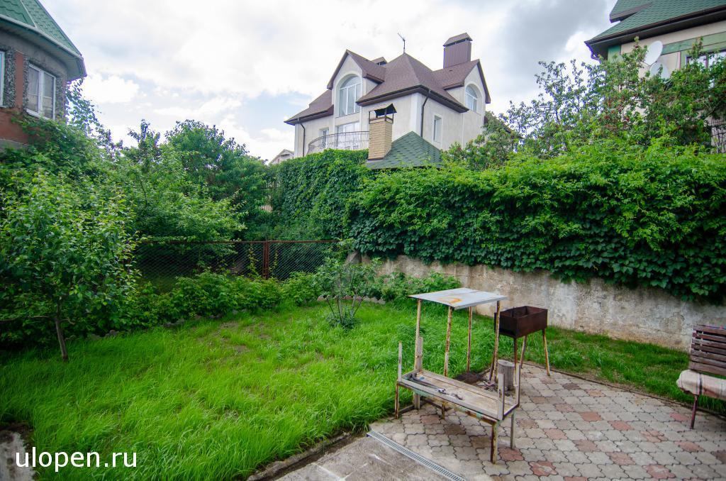 Зелёная лужайка во дворе дома. Продажа, Симферополь.